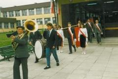 zdj-2.-04.06-1990-Orkiestra-wyprowadza-uczestników-uroczystości-do-kościoła