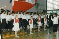 zdj.-1.-04.06.1990-Część-artystyczna-w-wykonaniu-młodzieży-szkolnej.
