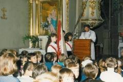 zdj.-1.-04.06.1990-Proboszcz-ks.-Ryszard-Stasik-wita-przybyłych-gości-młodzież-nauczycieli-i-rodziców.