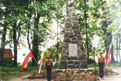zdj.-1.-04.06.1990-Warta-honorowa-harcerzy-przy-zadbanym-Pomniku-Legionistów.
