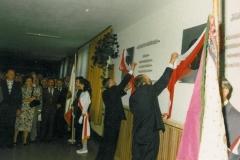 zdj.-1.-04.08.1990-Senator-RP-Krzysztof-Pawłowski-i-wojewoda-nowosadecki-Jóżef-Wiktor-odsłaniaja-popiersia-naszych-legionistóww.