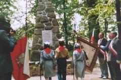 zdj.-2-04.06.1990-Po-50-latach-oficjalnie-spotykamy-sie-przy-Pomniku-Legionistów.-Młodzież-składa-wiazankę-kwiatów-.