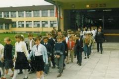 zdj.-3.-04.06-1990-Dzieci-i-młodzież-wraz-z-uczestnikami-uroczystości-udaja-sie-do-kościoła.