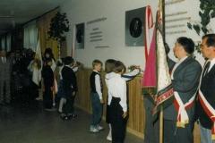 zdj.3.-04.06.1990-Młodziez-składa-wiaznkę-kwiatów.