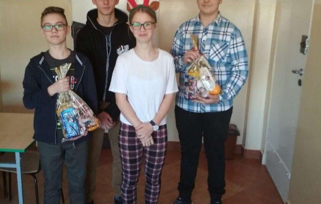 Uczniowie i Caritas pomagają