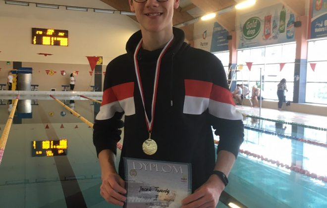 Jacek Twaróg wygrywa w zawodach pływackich