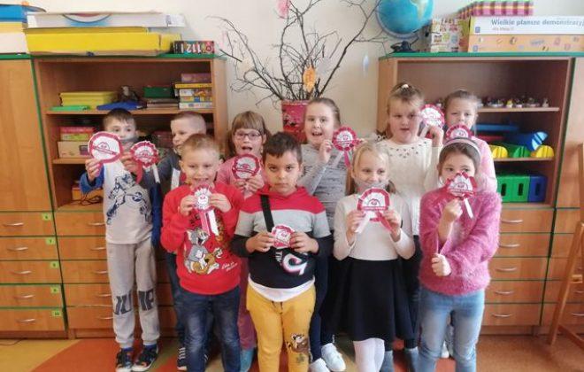 Biało-czerwone kotyliony w najmłodszych klasach